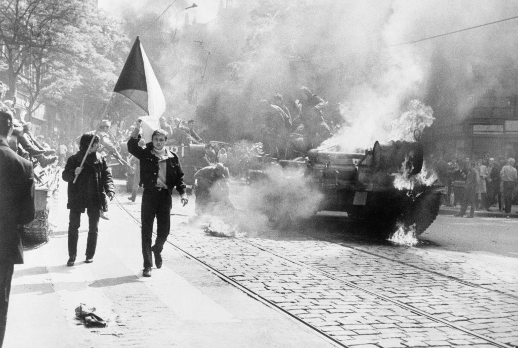 Szovjet tank és csehszlovák zászló 1968 augusztusában Prágában