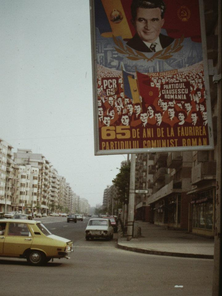 Propagandaplakát Bukarestben, a Calea Moșiloron 1986-ban (Fotó: Scott Edelman, Library of Congress/Wikimedia Commons)