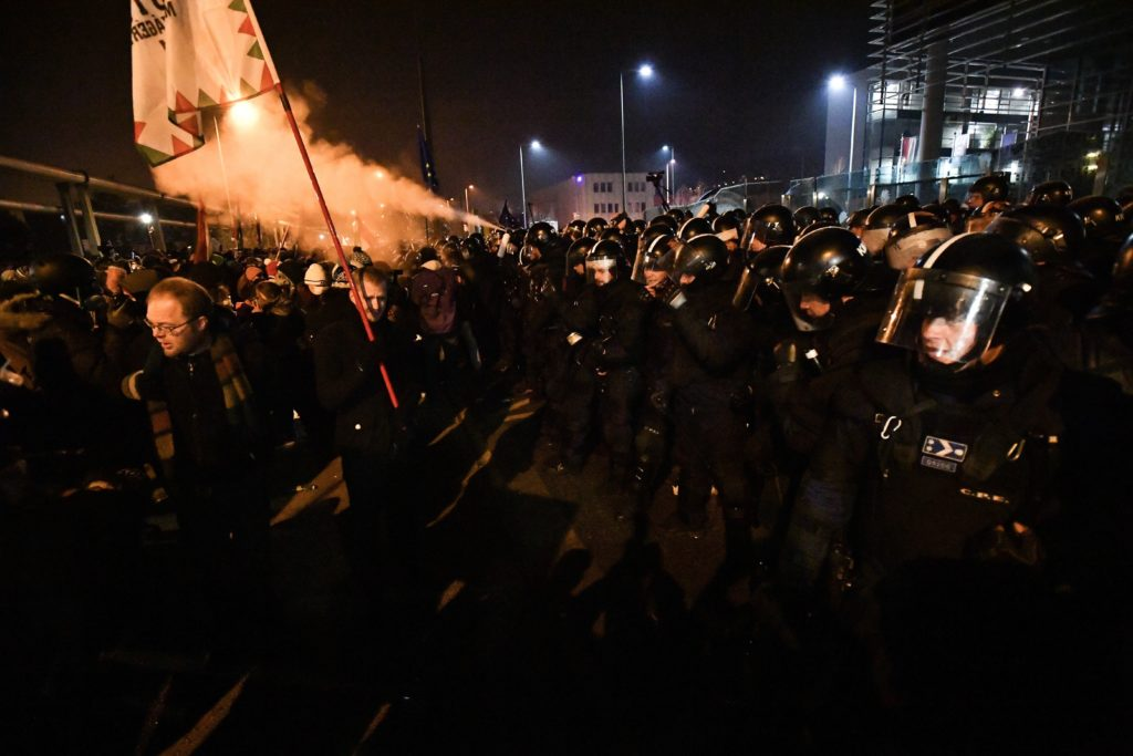 Tüntetés az MTVA székháza előtt (Budapest, Kunigunda út, 2018. december 17.). Fotó: Mérce.hu