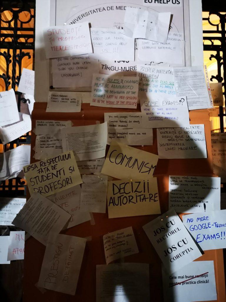 Tiltakozó feliratok az egységesített vizsgarendszer ellen a MOGYTTE-n