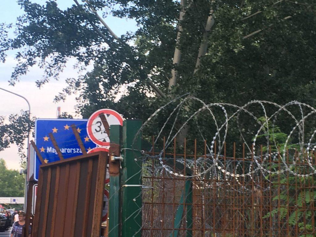 """Röszke–Horgos határátkelő, 2018. május 26. (a négy órás várakozás alatt körbejárható a """"határátkelések alakulása a vasfüggönytől napjainkig – szabad Európa"""" témaköre)"""
