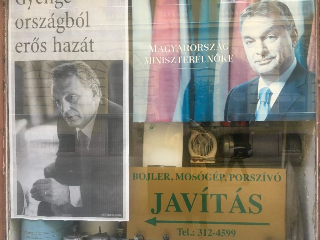 Budapest, 2018. április 17., Hajós utca (évek óta változatlan, tekintetet bevonzó kirakat)