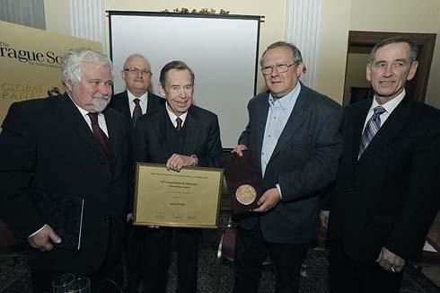 Adam Michnik (jobbról a második) a Hanno R. Ellenbogen-díj átadása után Václav Havellel Prágában