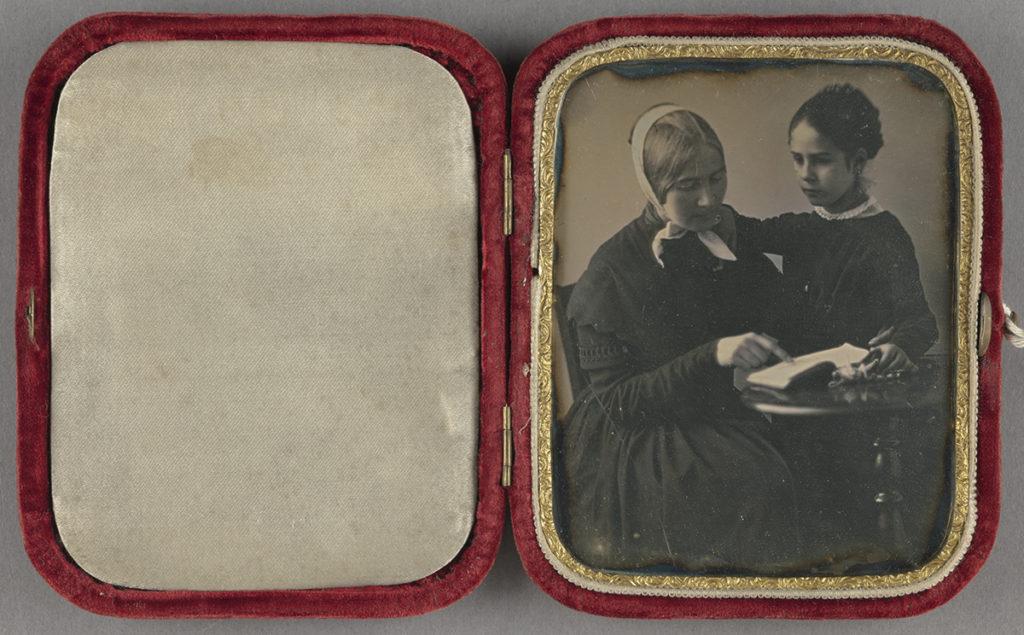 Felolvasás egy kislánynak. Ismeretlen fotós dagerrotípiája, 1845. (J. Paul Getty Museum, Los Angeles, 84.XT.404.1)