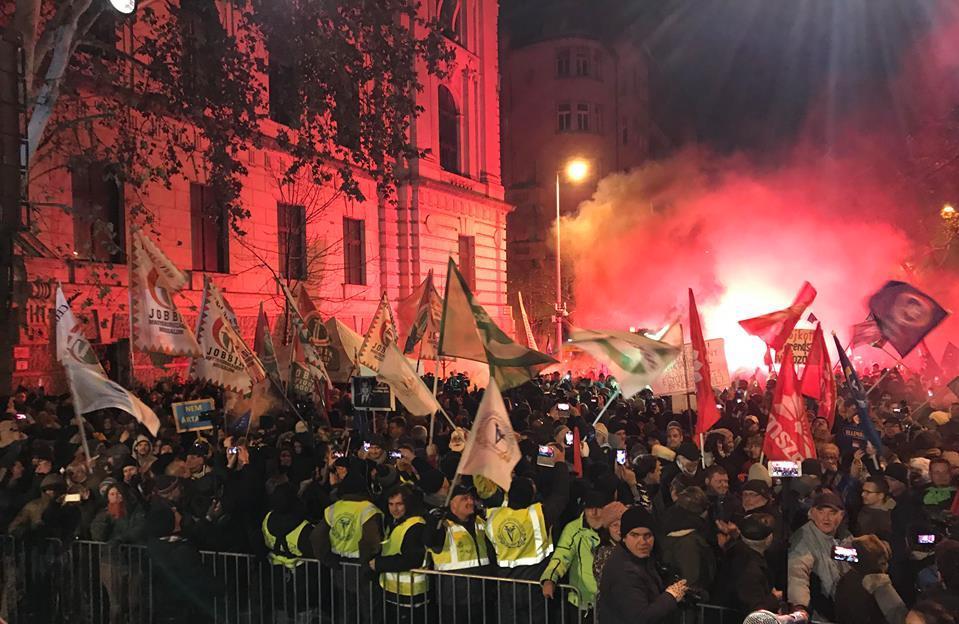 Tüntetés a Kossuth téren Budapesten a túlóratörvény (rabszolgatörvény) ellen, 2018. december 16. Fotó: Mérce (merce.hu)