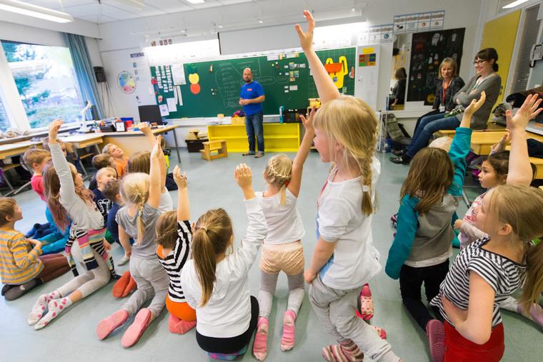 Életkép egy finnországi iskolából. A finn tanulók a nemzetközi PISA-tesztek szerint élvonalban teljesítenek matematikából, természettudományokból és értő olvasásból, köszönhetően a rugalmas, a lemaradókat aktívan segítő oktatási rendszernek
