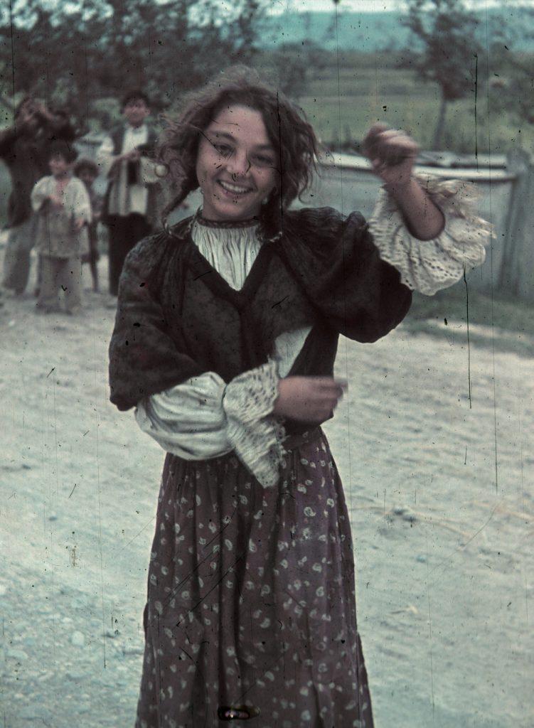 Színes felvétel egy roma lányról 1940-ből (forrás: Fortepan.hu)