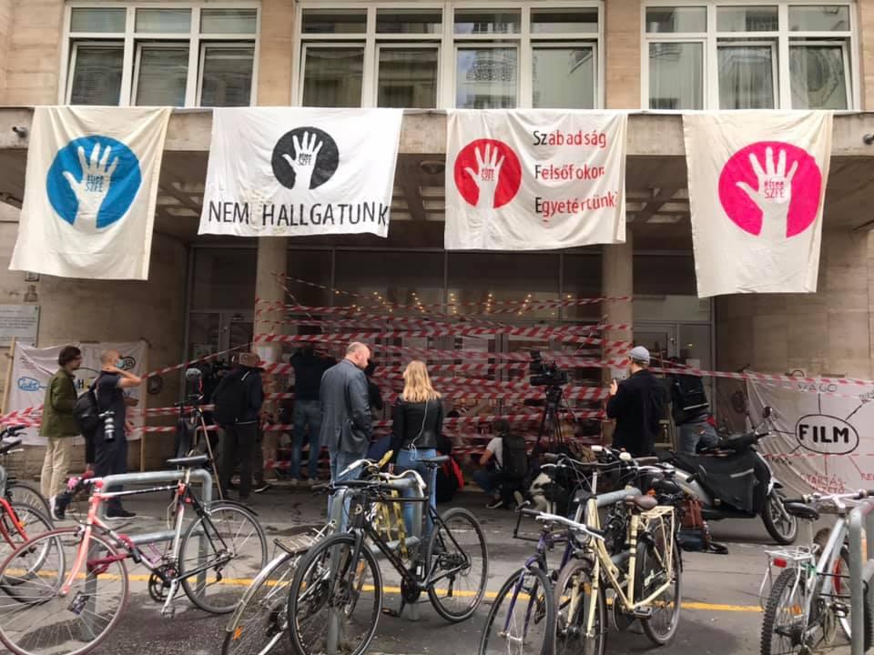 Az elfoglalt SZFE bejárata (Budapest, Vas utca, 2020. szeptember 2., fotó: a SZFE hallgatói önkormányzatának Facebook-oldala)