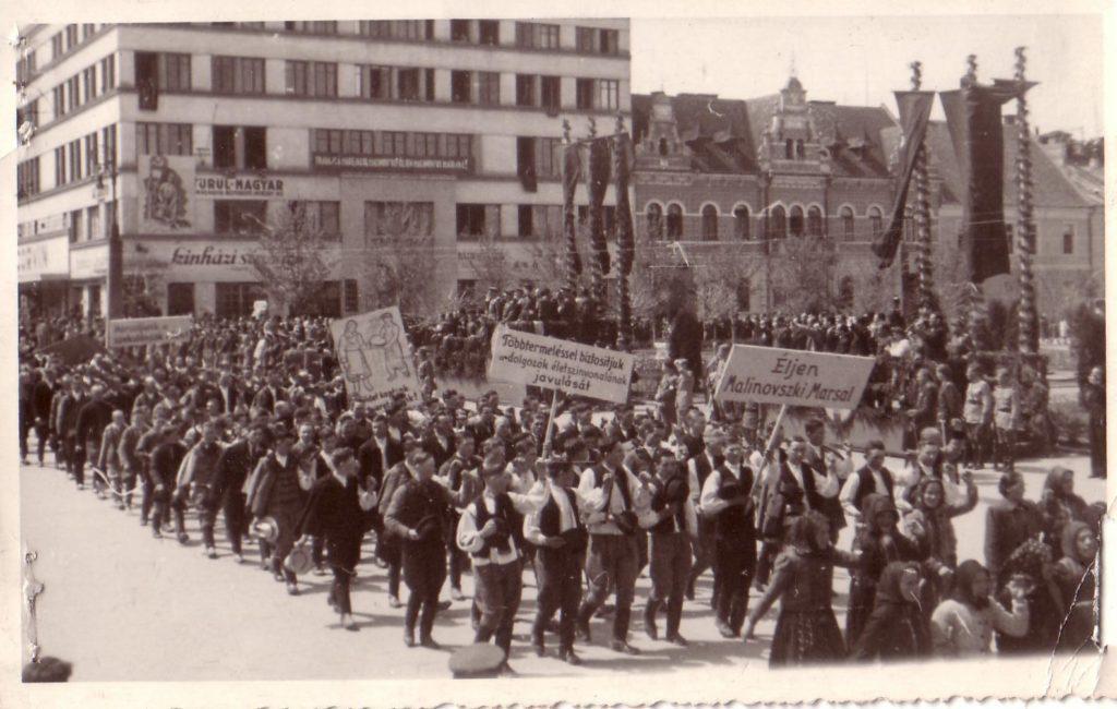 A MADOSZ tüntetése 1945. május 1-én Kolozsváron (Deák Károly műhelyének fotója; forrás: comunismulinromania.ro)